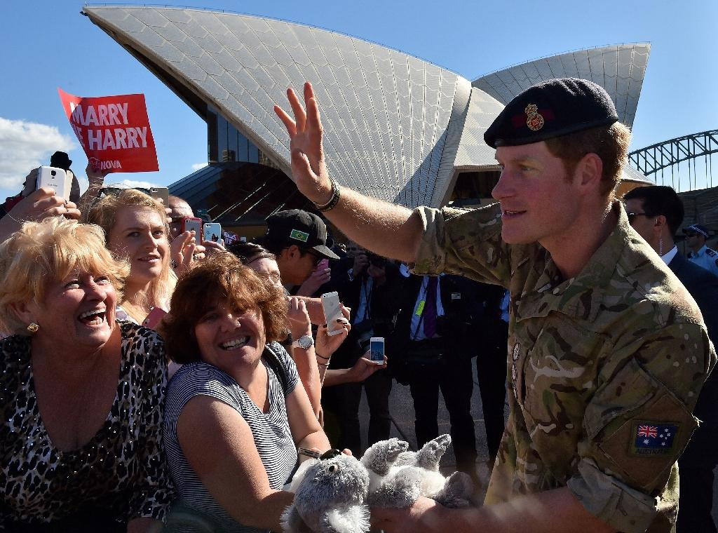 Prince Harry waves to wellwishers during a visit to the Sydney Opera House in Sydney on May 7, 2015 (AFP Photo/Saeed Khan)