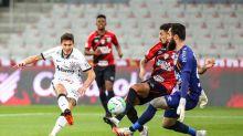 Com um a menos, Corinthians marca no fim, bate o Athletico-PR e deixa Z4