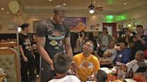 Dwight Howard, Metta World Peace serve turkey