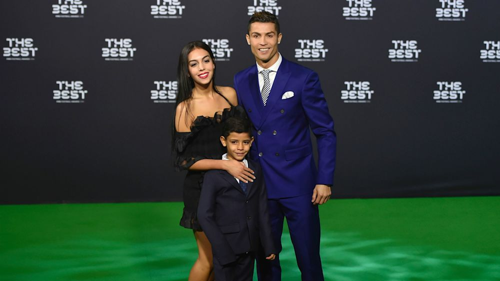 Pai orgulhoso! Cristiano Ronaldo posta vídeo de gol de falta do filho nas redes sociais