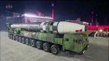 La Corée du Nord dévoile un missile intercontinental géant lors d'un défilé