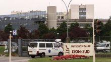 """Covid-19 : """"On a déjà muté six patients en Savoie pour essayer de faire de la place"""" mais """"ça ne suffira pas"""", alerte un infirmier réanimateur lyonnais"""