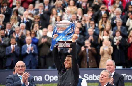 Rafael Nadal eleva el trofeo de campeón del Abierto de Barcelona