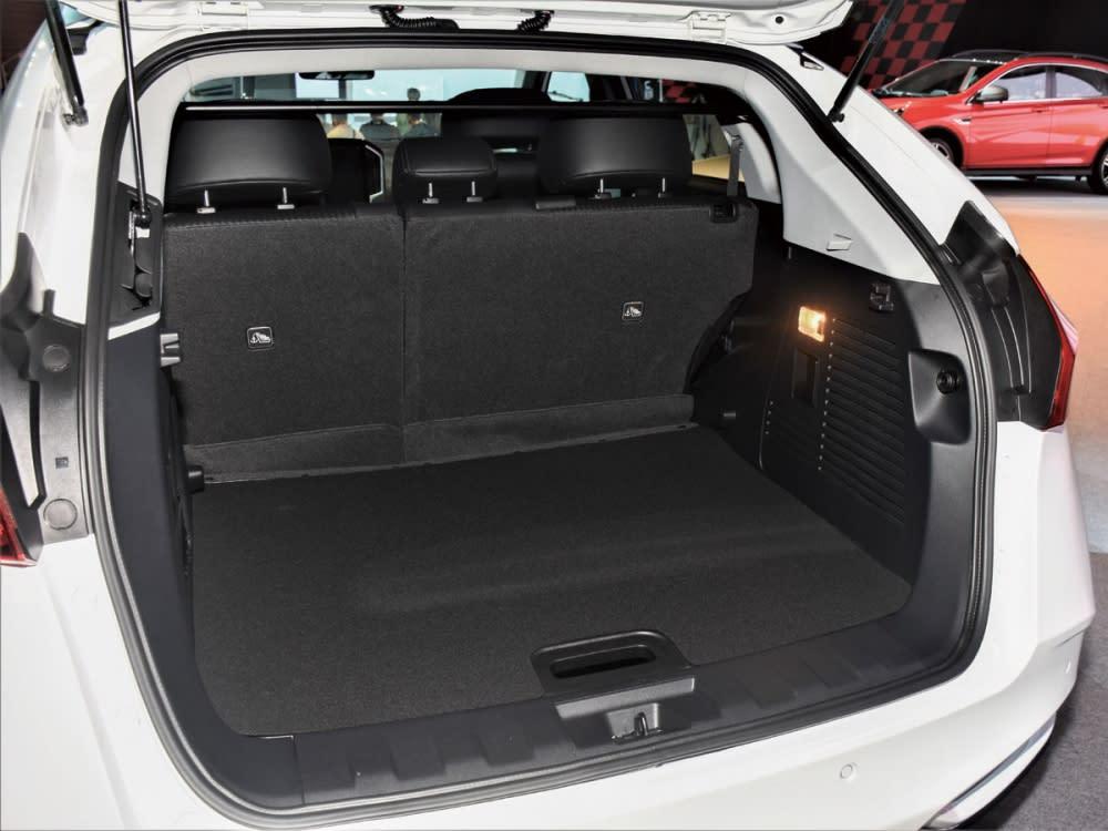 行李廂置物空間寬敞,另可透過後座椅背傾倒擴充容量。