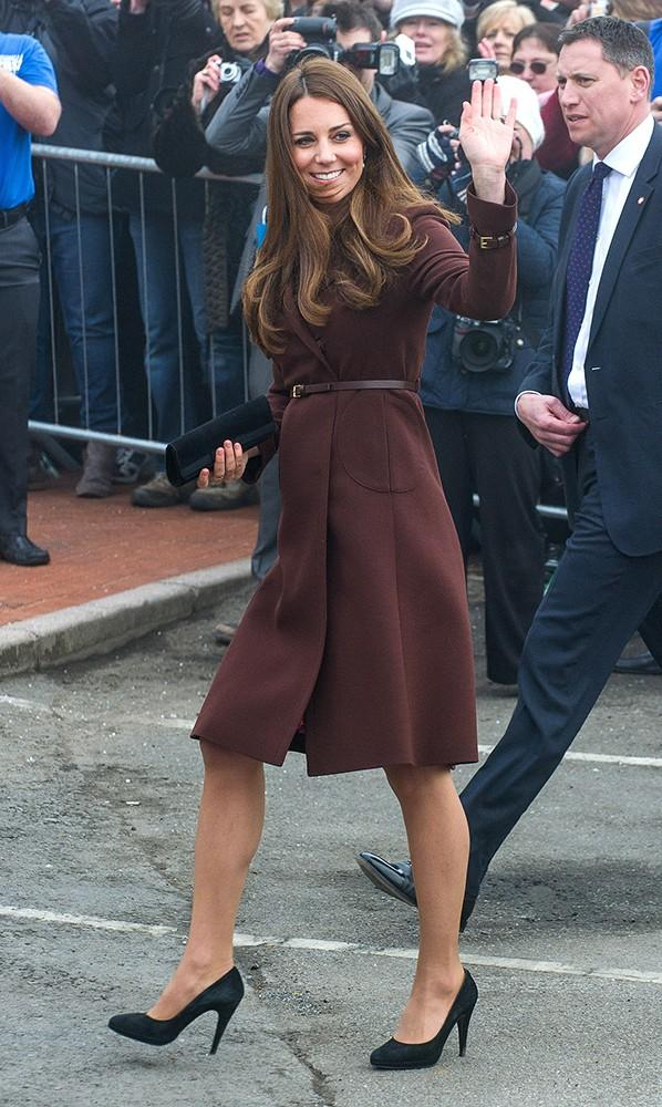 Kate visited Grimsbyin a gorgeous brown Hobbs coat, with her baby bump just starting to show.
