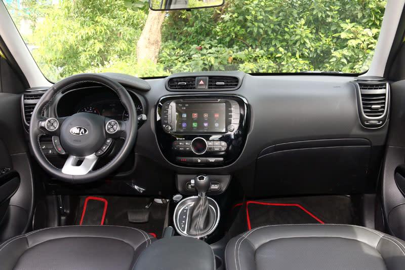 Soul 1.6 CRDI座艙中以黑色為主要基調,並以在中控台、空調出風口與排檔座周邊以黑色鋼琴烤漆飾板點綴。