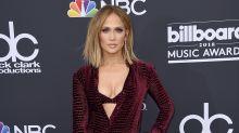Jennifer Lopez sexy, pero tapadita, en los Billboard
