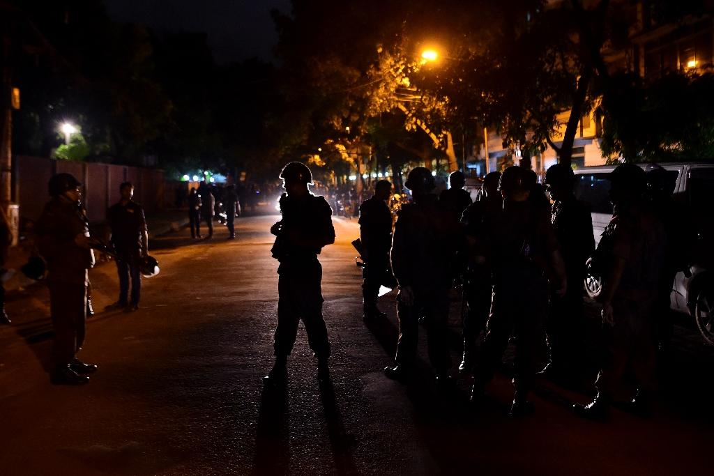 Bangladeshi security personnel stand guard after gunmen stormed a cafe in Dhaka's high-security diplomatic district early on July 2, 2016 (AFP Photo/)