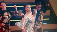 Elodie, la lezione di danza in body e calze a rete diventa hot
