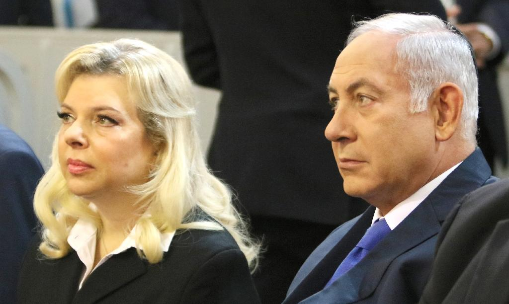 Israeli Prime Minister Benjamin Netanyahu and his wife Sara visit a synagogue in Vilnius on August 26, 2018 (AFP Photo/Petras Malukas)