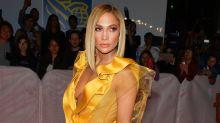 """Jennifer López acapara la atención en el TIFF con un atrevido vestido amarillo para el estreno de """"Hustlers"""""""