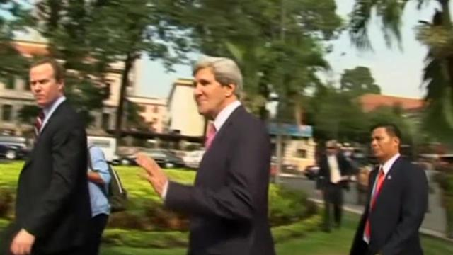 John Kerry visits cathedral in Vietnam