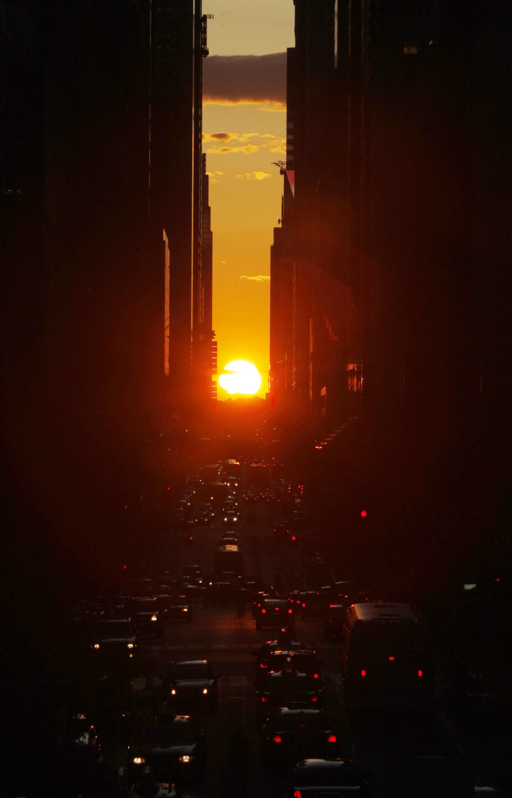 "The sun shines down 42nd Street in New York City at sunset during the biannual occurrence named ""Manhattanhenge"" in New York July 12, 2009. ""Manhattanhenge"", named by astrophysicist Neil deGrasse Tyson, occurs when the setting sun aligns itself with the east-west grid of streets in Manhattan, allowing the sun to shine down all streets at the same time. REUTERS/Mike Segar"