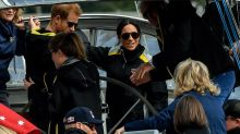 El príncipe Enrique visita en Australia la isla de arena más grande del mundo