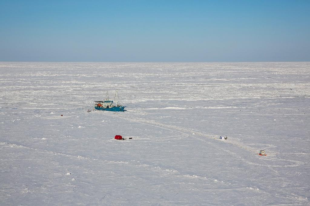 A Norwegian research vessel in the Arctic Ocean, near the North Pole on April 21, 2015 (AFP Photo/Tore Meek)