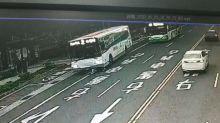 快新聞/命大!騎腳踏車遭公車撞 老翁卡車底被救出僅受輕傷
