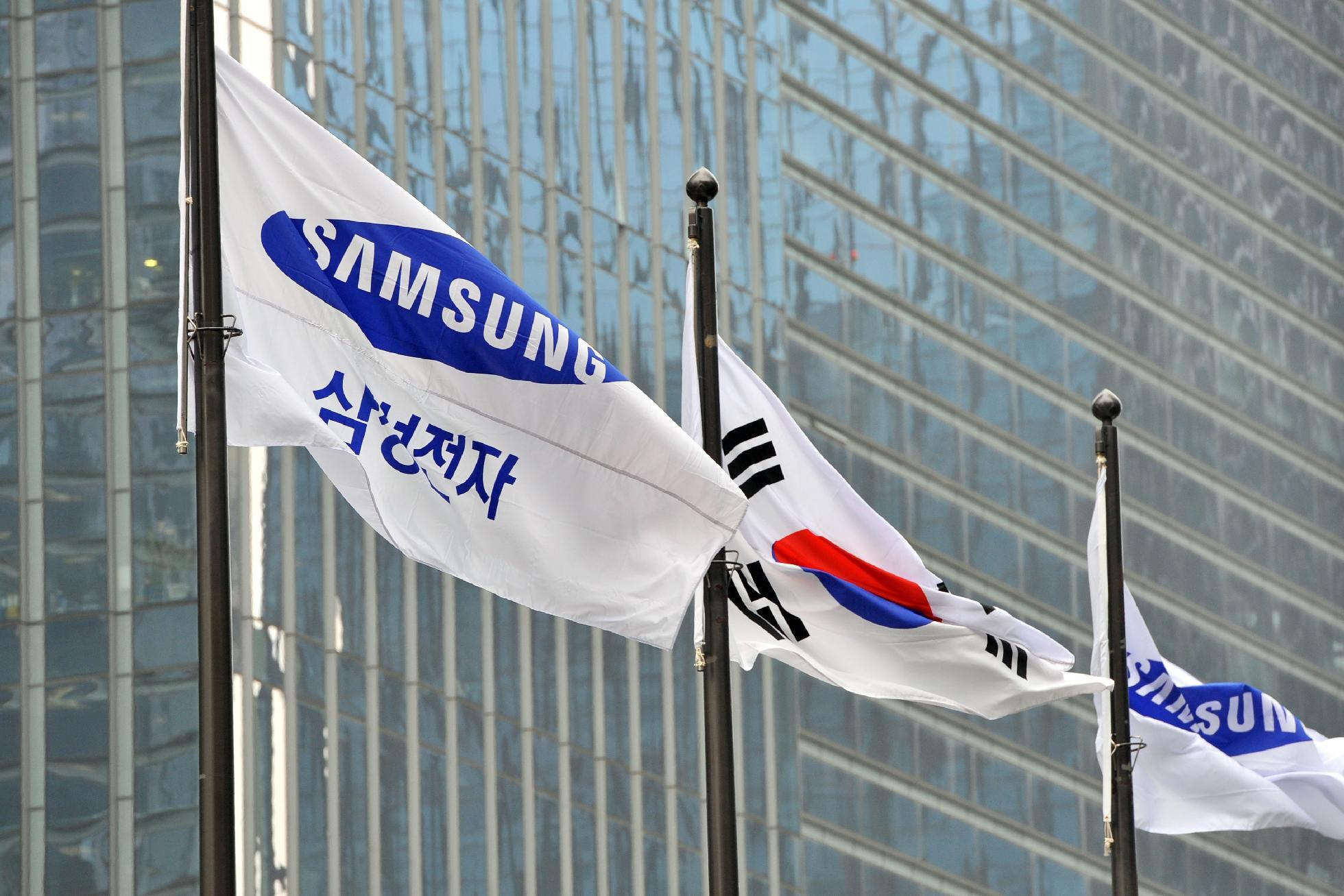 Samsung Electronics flags fly outside their headquarters in Seoul on November 6, 2013 (AFP Photo/Jung Yeon-Je)