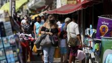 Difícil fiscalização das normas sanitárias e aglomerações fazem cientistas criticarem liberação de camelôs no Rio