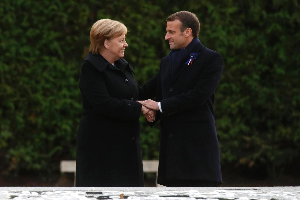 French President Emmanuel Macron and German Chancellor Angela Merkel shakes hands after unveiling a plaque in a French-German ceremony in the clearing of Rethondes (the Glade of the Armistice) in Compiegne, northern France, on November 10, 2018 as part of commemorations marking the 100th anniversary of the 11 November 1918 armistice, ending World War I. (AFP Photo/PHILIPPE WOJAZER)