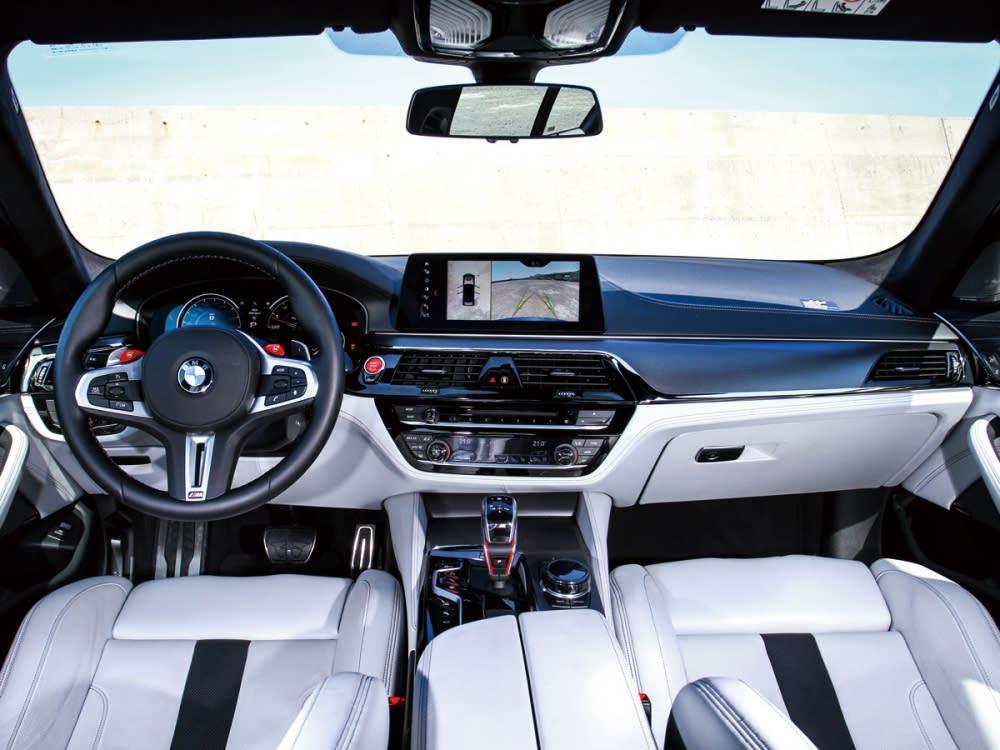 全車在觸手可及之處,分別用上Merino真皮內裝及碳纖維飾板,而在T字中控台的細節處也使用上鋼琴烤漆材質來提升車內豪華質感氛圍。