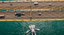 超巨型KAWS第三站登場!最大臥姿公共藝術好吸睛