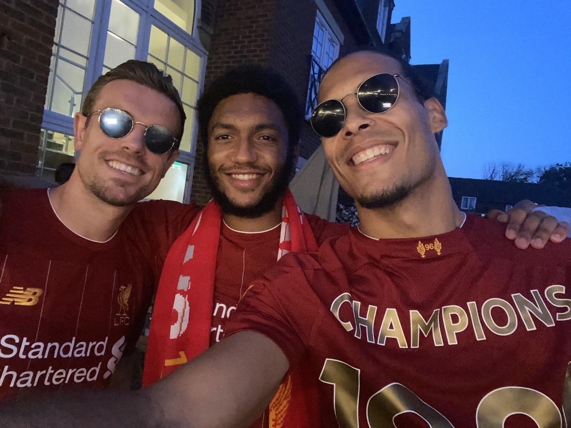 Игроки Ливерпуля празднуют чемпионство АПЛ
