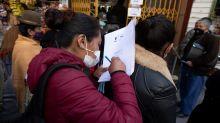 """Miles de bolivianos buscan salvarse de una """"muerte civil"""" tras no votar"""
