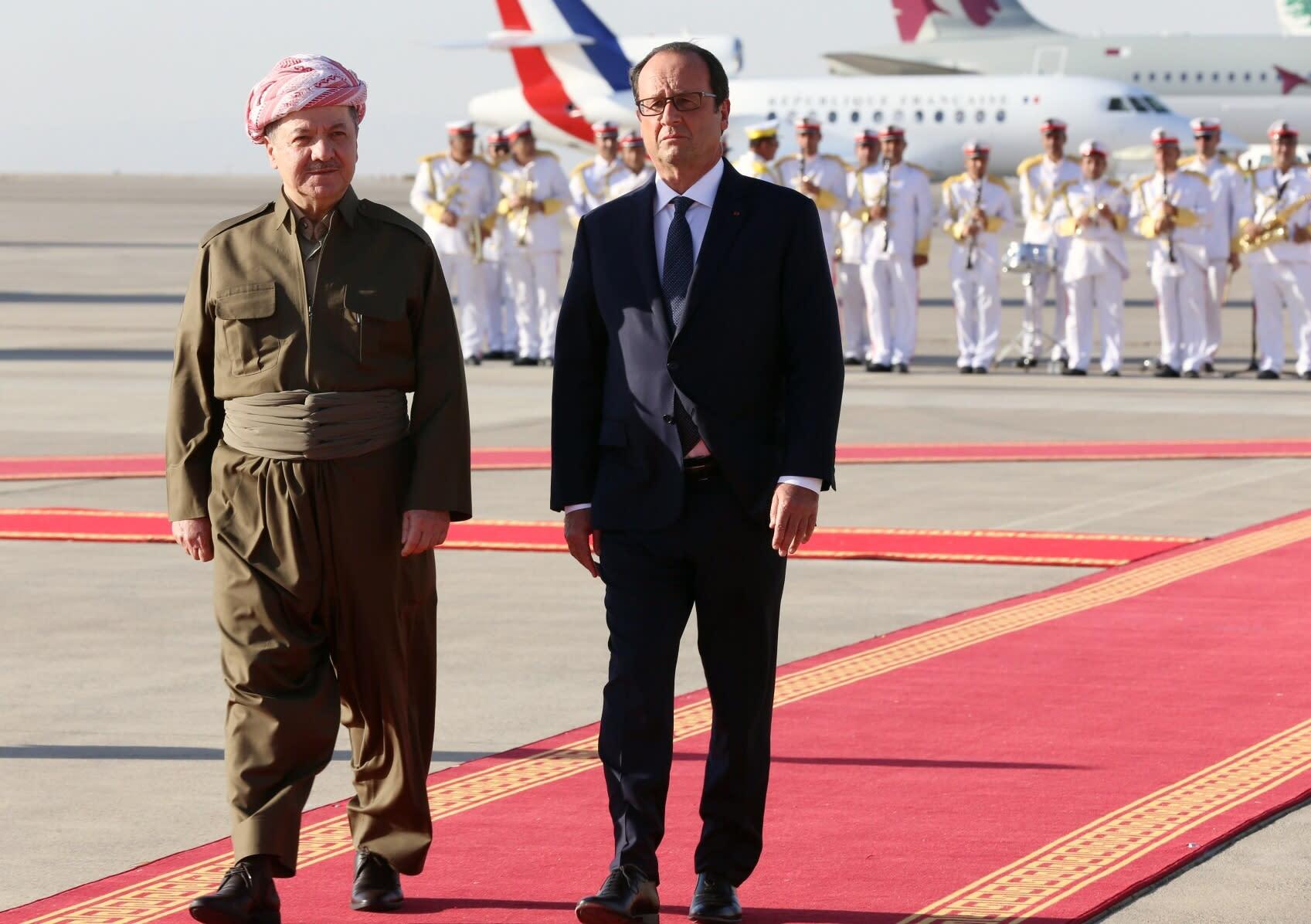 French president Francois Hollande (R) walks with Iraqi Kurdish leader Massud Barzani in Arbil, the capital of the Kurdish autonomous region in northern Iraq, on September 12, 2014 (AFP Photo/Safin Hamed)