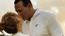 Alex Rodríguez captado por los paparazzi de rodillas y besando a JLo