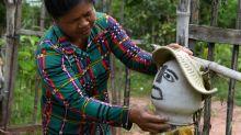 Bauern in Kambodscha stellen Vogelscheuchen zum Schutz vor Corona auf