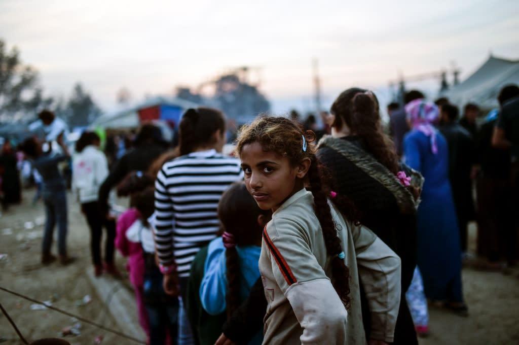 Migrants wait for food distribution at a makeshift camp at the Greek-Macedonian border village of Idomeni, on April 5, 2016 (AFP Photo/Bulent Kilic)