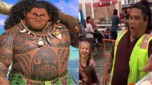La inesperada reacción de un cajero cuando dos niñas lo confunden con 'Maui' de 'Moana'