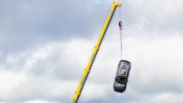 【影】Volvo 新車從十層樓高空墜落會怎樣?