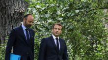 À l'approche du remaniement, Emmanuel Macron indécis ? Il encense Édouard Philippe