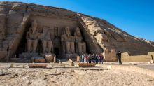 Estátua de Ramsés II, no Egito, é iluminada pelo sol