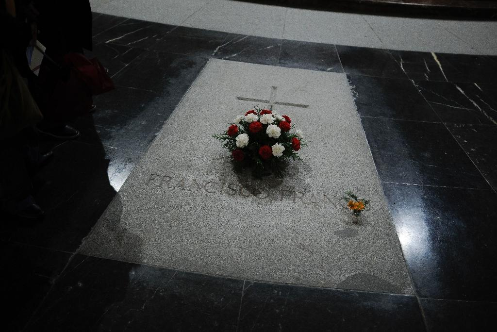 The tomb of former Spanish dictator Francisco Franco in the Valle de los Caidos (the Valley of the Fallen) near Madrid on November 17, 2012 (AFP Photo/Pedro Armestre)