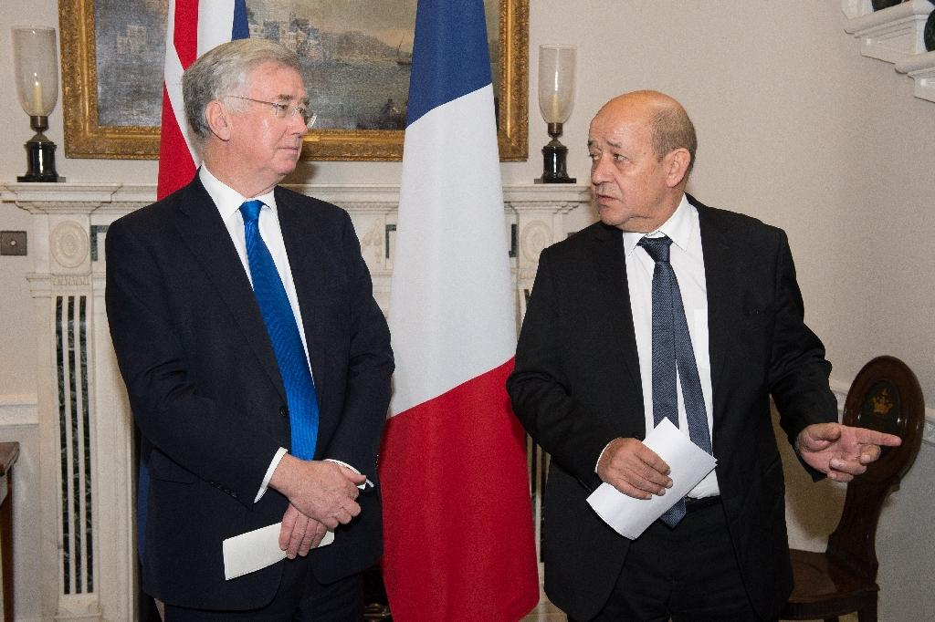 British Defence Minister Michael Fallon (L) and French Defence Minister Jean-Yves Le Drian are concerned over Russia's military build up in Syria (AFP Photo/Leon Neal)
