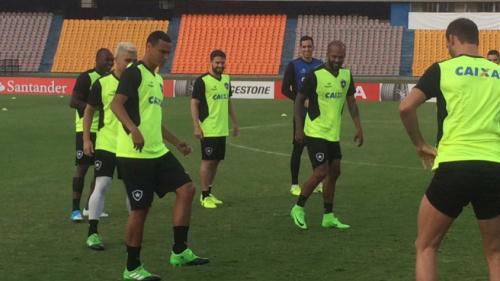 Botafogo faz reconhecimento do gramado do Atanásio antes de jogo