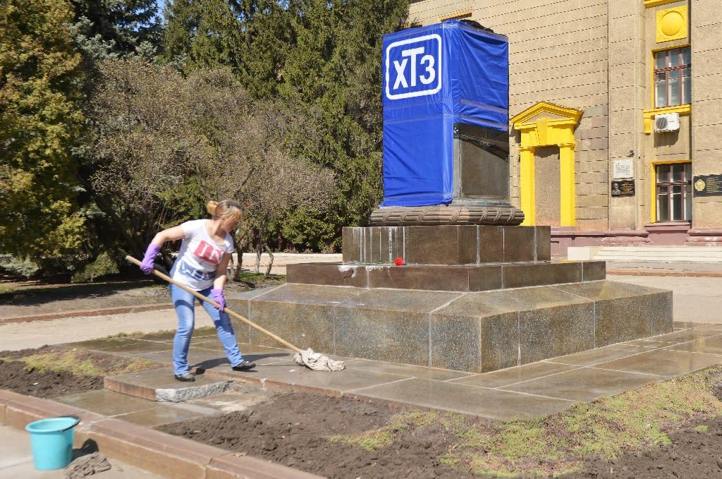 Worker cleans the base of a smashed Soviet-era memorial for Sergo Ordzhonikidze in Kharkiv on April 11, 2015 (AFP Photo/Sergey Bobok)