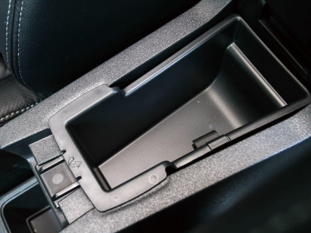 專屬的中央扶手置物箱,讓全車擁多達25處置物空間的設計巧思。