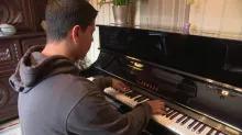 Ahmed, le jeune prodige, a appris le piano grâce à une application et joue  Chopin à l'oreille