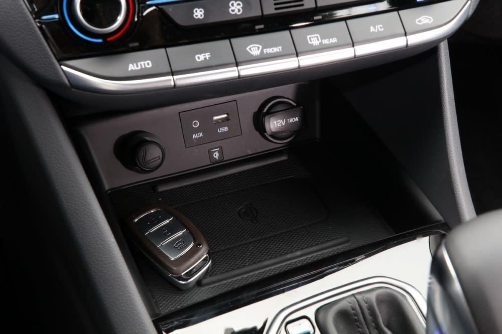 排檔座前方提供USB、AUX-IN等連接機能,更具備手機無線充電功能,軟質素料底部可避免手機在行進間移動