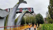 荷蘭大型鯨魚雕塑作品 意外拯救脫軌事故火車