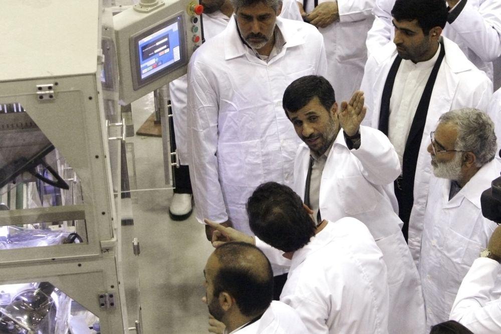 En esta foto del jueves 9 de abril de 2009, el presidente iraní Mahmud Ahmadinejad levanta una mano mientras conversa en una instalación de uranio. El jueves 17 de mayo de 2012, Ahmadinejad dijo que le gustaría viajar a Londres durante los Juegos Olímpicos  (AP Foto/Vahid Salemi, archivo)