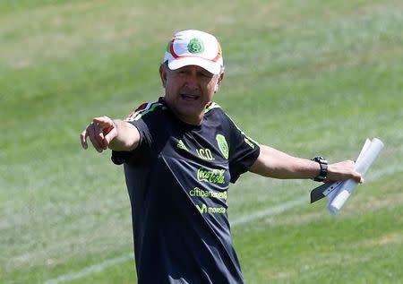 Foto de archivo del entrenador de México, Juan Carlos Osorio, dando instrucciones a sus jugadores en una práctica en Cuernavaca