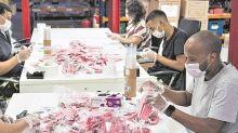 Panos de cozinha, bandanas e até galões cortados: cariocas criam máscaras em tempos de coronavírus