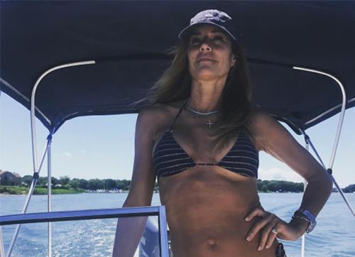 The 49-year-old looks amazing in a bikini. (Photo: kellybensimon/ Instagram)
