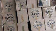 Mann bastelt sich einen Freund – aus Weinkartons