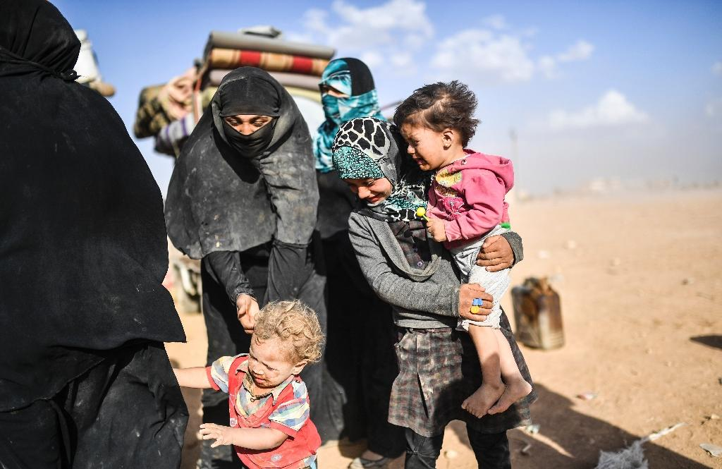 Syrians displaced from the city of Deir Ezzor gather on the outskirts of Raqa on October 2, 2017 (AFP Photo/BULENT KILIC)