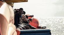 Migranti, a Trapani lo sbarco dalla nave quarantena 'Azzurra'